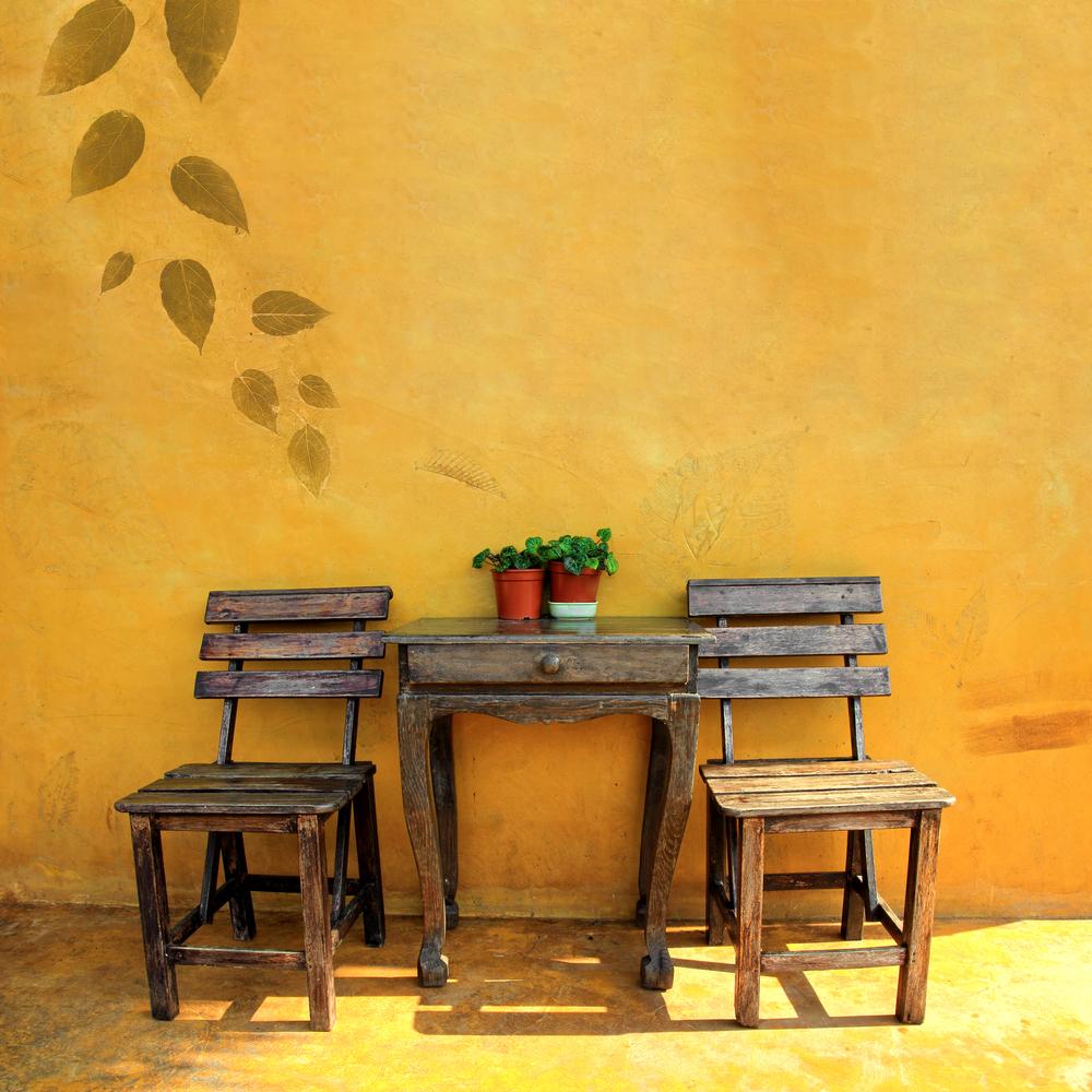 badigeon à la chaux couleurs chaudes et chaises
